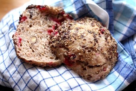 Frukostbröd med lingon och hasselnötter